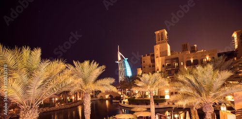 Платно DUBAI, UAE - MARCH 03: View of the hotel Burj Al Arab from Souk Madinat Jumeirah