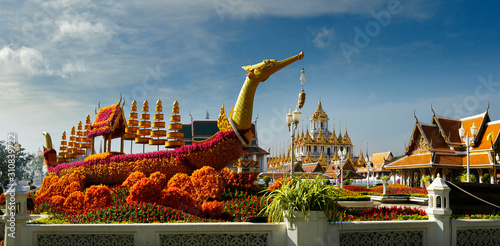 Fotografia  royal barge decoration made with flowers at Royal Pavilion Mahajetsadabadin -Ban