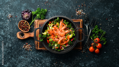 Fried shrimp with vegetables in a frying pan Fototapet
