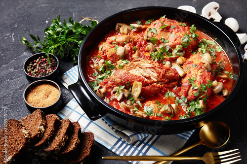 Cuadros en Lienzo Chicken Cacciatore in a black dutch oven