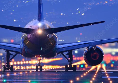 Canvastavla 夜の滑走路で離陸する旅客機のクローアップ