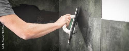 Fotografía Fliesenleger bei der Arbeit, Renovierung eines Badezimmers