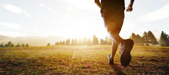 panoramski - čovjek trči maraton kroz polje