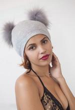 Ritratto Di Una Ragazza In Bikini Con Un Cappello A Due Pompon