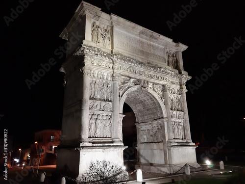 Photo Benevento - Arco di Traiano illuminato
