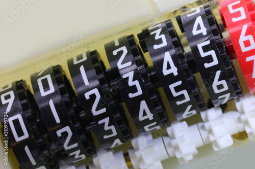 Photo analogic counter with many numbers