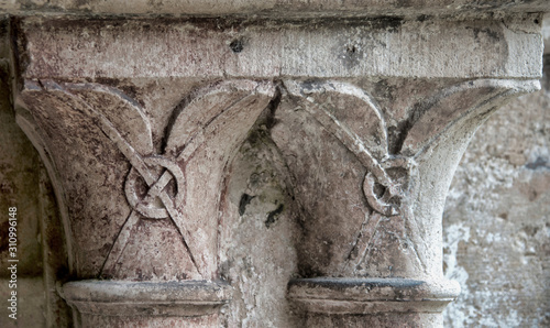 Chapiteaux médiévaux du cloître de l'abbaye de Fontenay, France Wallpaper Mural