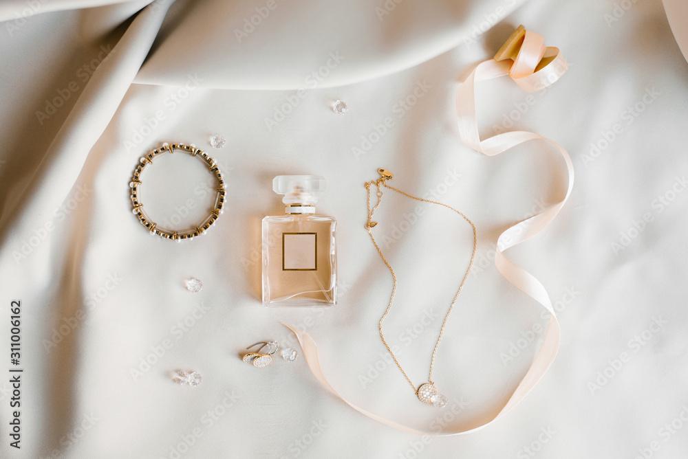 Obraz Bride's accessories: eau de toilette, earrings, pendant and bracelet. Morning brides. fototapeta, plakat