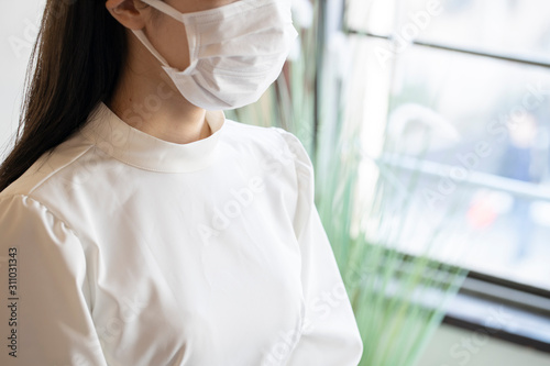 マスクをしている若い女性の顔のアップ Canvas Print