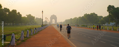 Photo The India Gate is a war memorial located astride the Rajpath,
