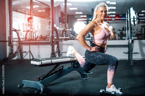 Photo Woman doing lunge with dumbbells.