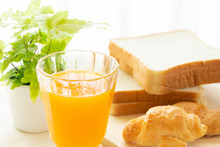 みかんジュースとパン