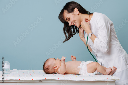 Stampa su Tela pediatrician doctor communicates and plays with baby