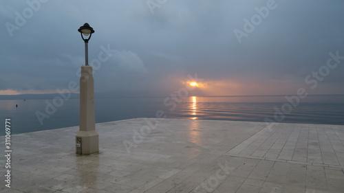 Photo sonnenuntergang an der adria mit laterne