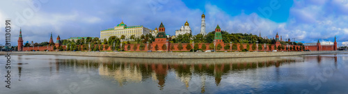 Photo Panorama of the red Kremlin wall, tower and golden onion domes of cathedrals ove
