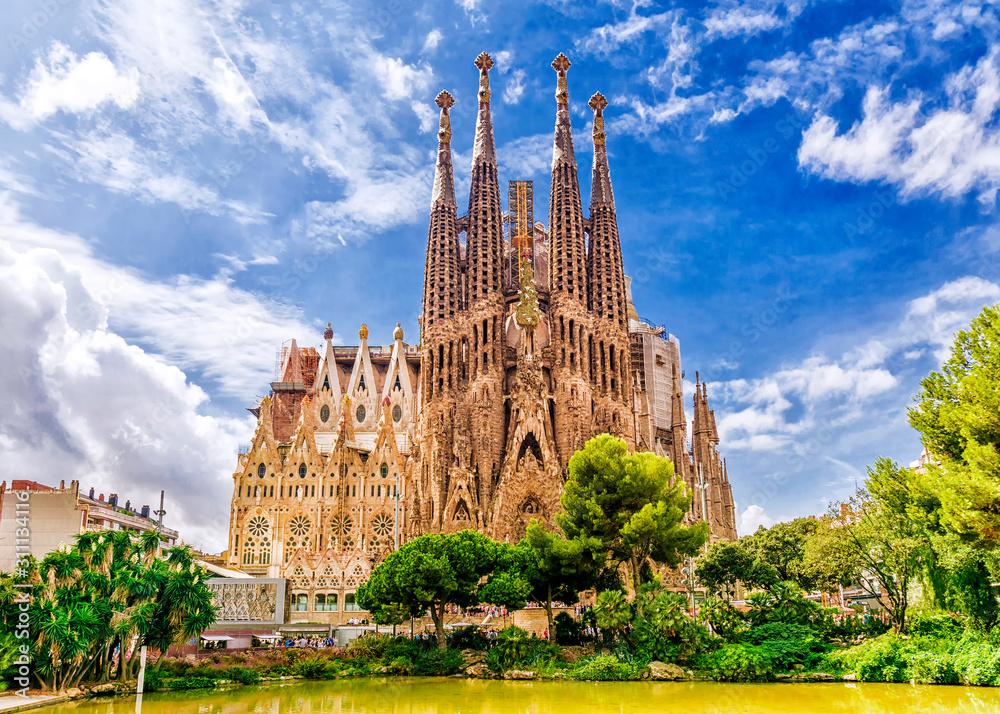 Fototapeta BARCELONA, SPAIN - SEPTEMBER 15,2015 :  Sagrada Familia  in  Barcelona. Sagrada  - the most known the buildings created by Antoni Gaudi.