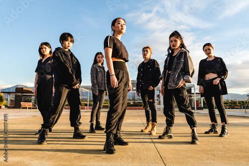 Photo Young Asian team posing looking at camera