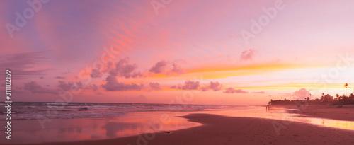 fototapeta na ścianę hermosa playa en el atardecer con colores espectaculas mar y nubes