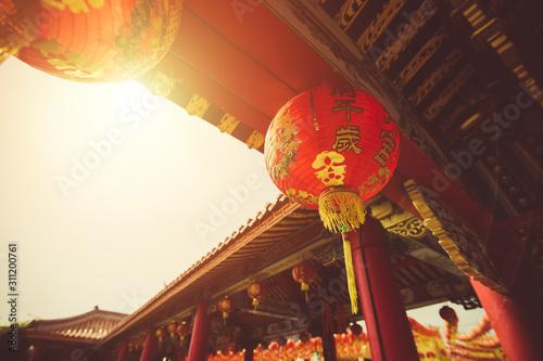 Czerwony Chiński lampion wiesza z rzędu podczas dnia czasu dla Chińskiego nowego roku świętowania (przekładu hieroglifu teksta Szczęśliwy nowy rok).