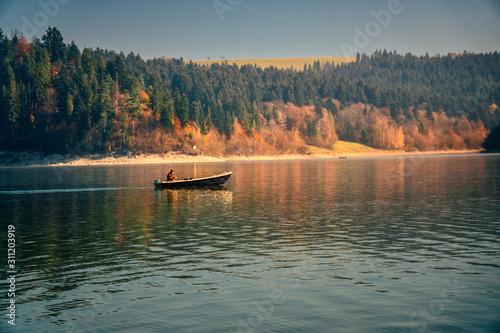 jezioro-niedzickie-w-gorach