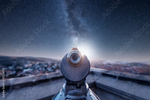 Mit den Fernrohr in die Sterne blicken. Milchstraße und Sterne