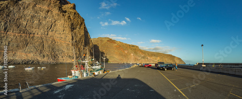 Photo Wide panorama of Playa De Vueltas beach and Port with yacht and fishing boats at the atlantic ocean in La Gomera