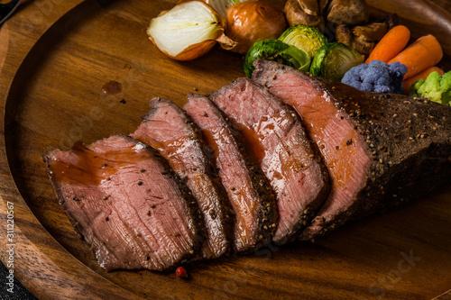 Obraz 高級ローストビーフ Freshly made roast beef - fototapety do salonu