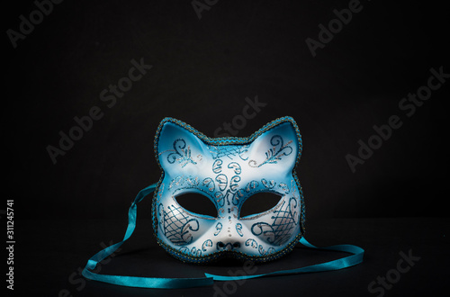 Photo Coloured cat-shaped carnival mask for a celebration in a secluded background