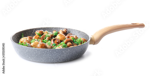 Fotografia Frying pan with tasty cooked mushrooms on white background