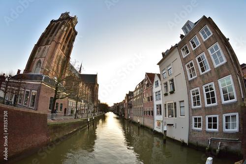Obraz na plátne  Domy, ulica i kanałek w krzywym spojrzeniu obiektywu fisheye.