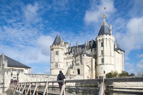 homme au sac devant le château de Saumur Canvas Print