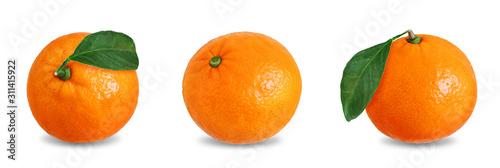 Fototapeta Mandarynki  owoce-mandarynki-z-plastrami-skorka-i-liscmi-na-na-bialym-tle