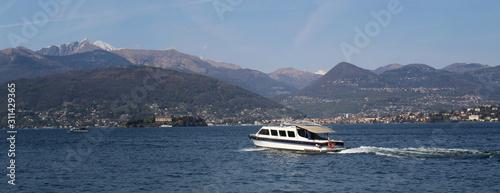 Gita in barca sul lago in Estate - viaggiare Wallpaper Mural
