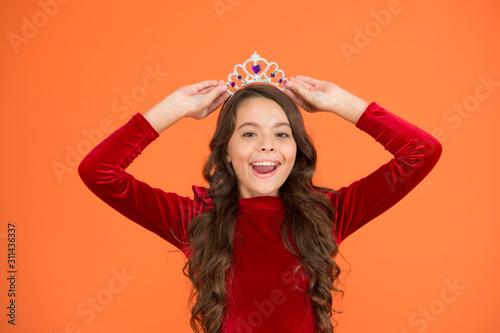Maniery księżniczki. szczęśliwa dziewczyna długie kręcone włosy nosić koronę. mała księżniczka żyje w luksusie. królowa piękna. mój ukochany sen. być elegancką damą. najlepsza moda dziecięca. powietrza i łaski. karnawał zimowy