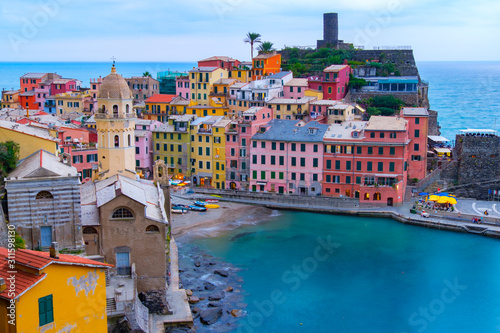 Fotomural Beautiful landscape view of Vernazza famous landmark at Cinque terre Italy
