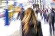 Passanten auf einer Einkaufsstrasse, Bewegung, Rückansicht eine