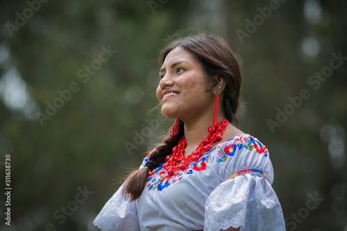 Photo Mujer nativa ecuatoriana en el bosque