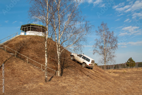 Fotografia car driving uphill at an angle of 45 degrees in spring extrim