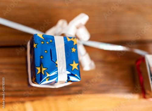 Pacchetto regalo con stelline gialle e carta regalo blu, per ogni festeggiamento Canvas Print