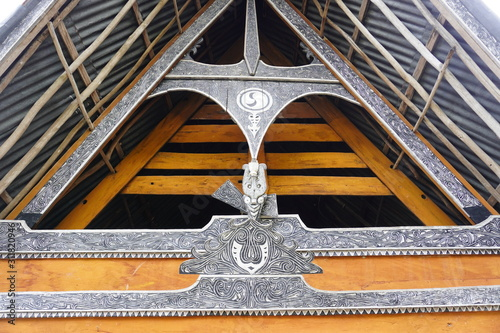 Photo Batak carving on the wall of the village in the area of the Toba lake