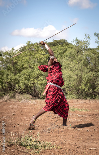 Photographie handsome maasai warrior throwing his spear