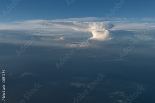 Photo aerial view of an anvil cumulonimbus cloud from a plane with the typical anvil s