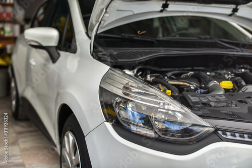 Fotografía  car with open hood on technical service
