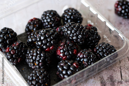 Blackberries in plastic clamshell Slika na platnu
