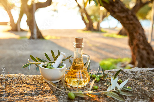 Photo olive oil with fresh olives and leaves