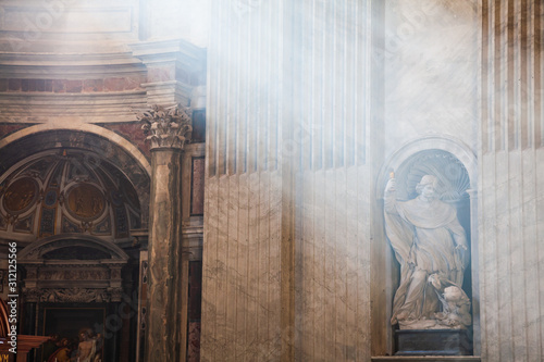 Papel de parede  Rays of lights in Saint Peters Cathedral in Vatican
