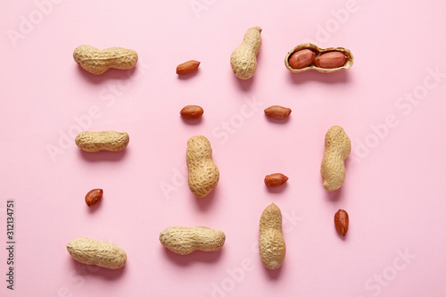 Photo Tasty peanuts on color background