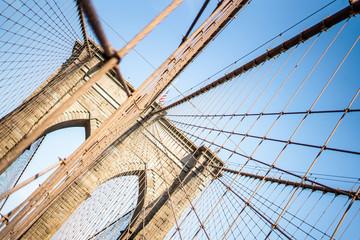 Obraz na Szkle Optyczne powiększenie Walking on Brooklyn bridge in Manhattan , New york city