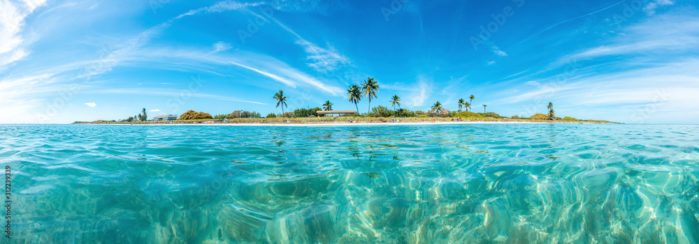 Panoramic picture of Sandspur Beach on Florida Keys in spring during daytime - obrazy, fototapety, plakaty