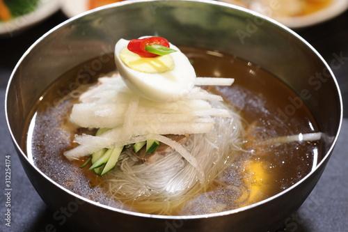 Fototapeta 달걀과 배 등 다양한 야채들이 어우러진 한국의 음식 물냉면(naengmyeon) obraz